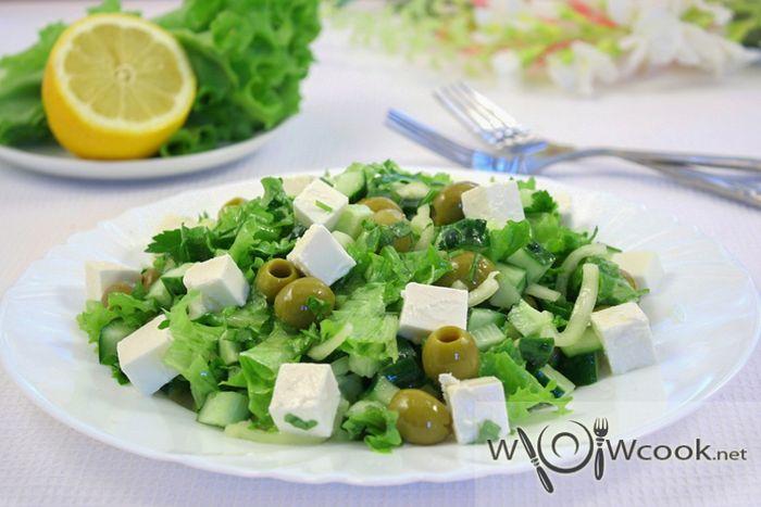 Зеленый греческий салат с огурцами и болгарским перцем