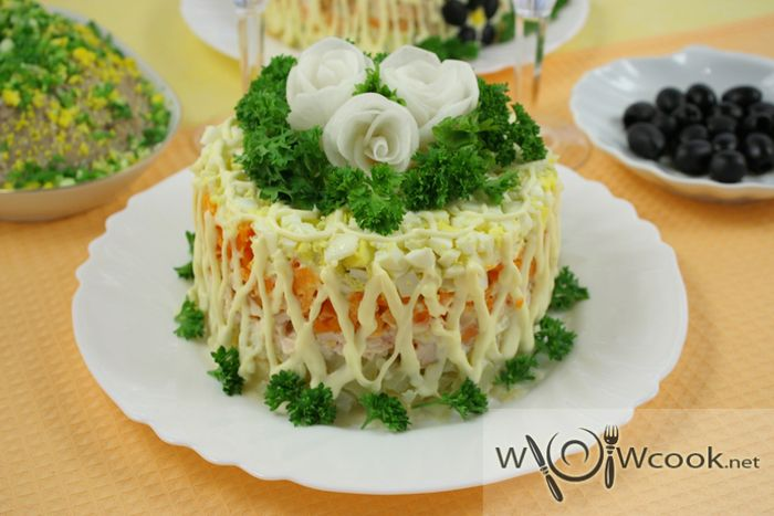 Праздничный слоёный салат с курицей