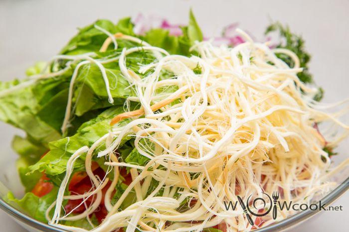 Салат с сыром салугуни