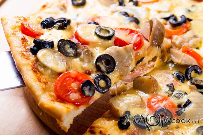 вкусная пицца с беконом