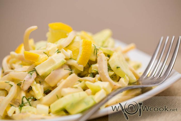 Салат из кальмаров с яйцом и огурцом