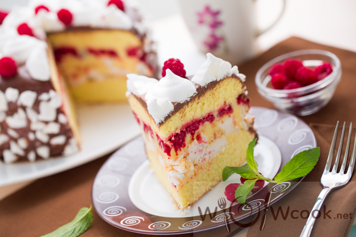 торт с малиной, бисквитом и безе