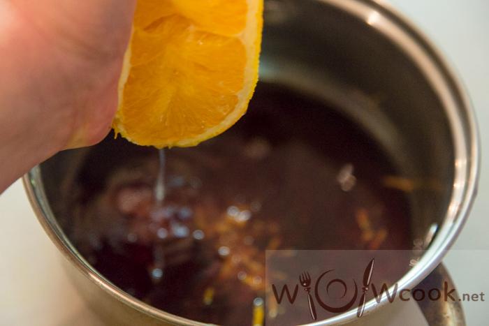 выдавливаем апельсин в соус