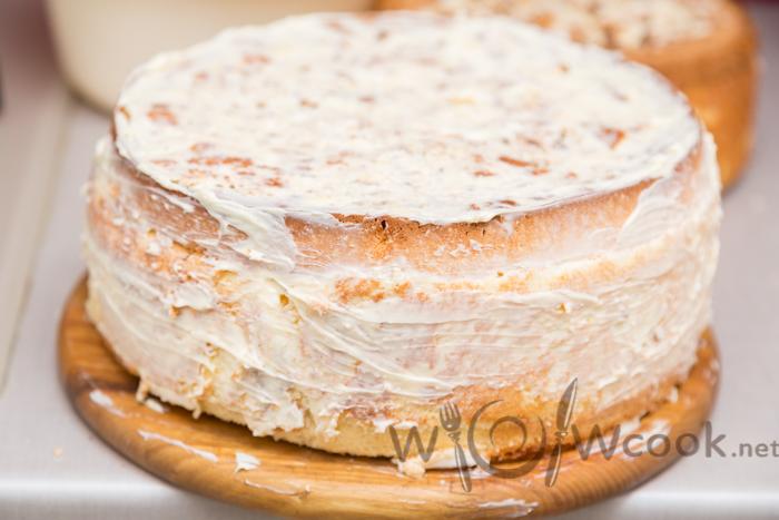 смазываем первый слой масляным кремом