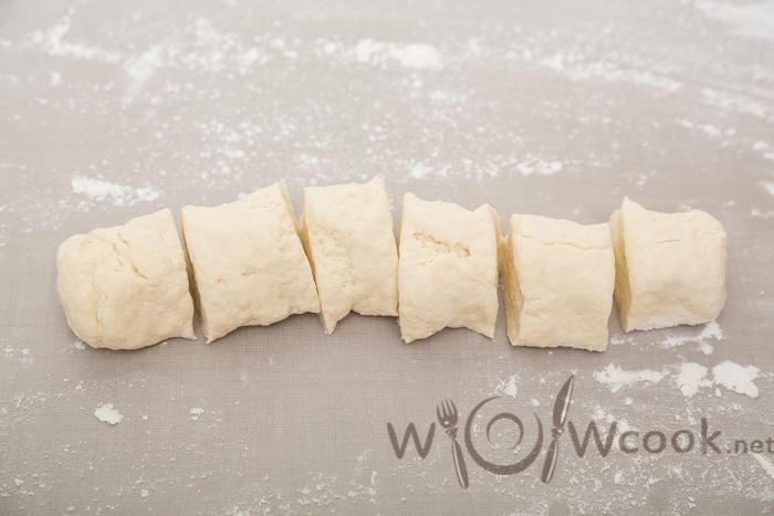 нарезаем тесто для самсы