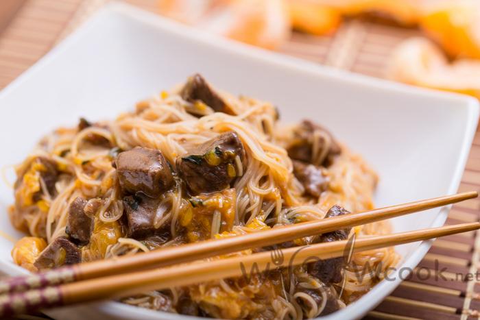 вкусная говядина в кисло-сладком соусе с рисовой лапшой