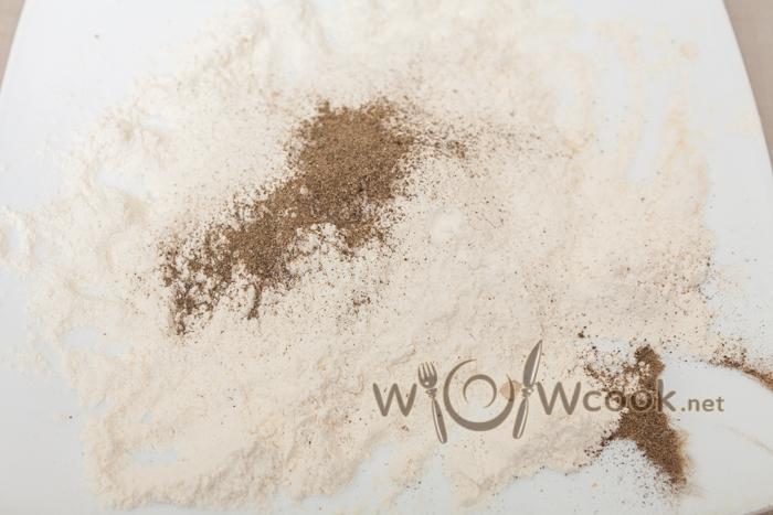 мука с перцем и солью