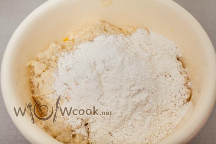 добавляем муку и месим тесто