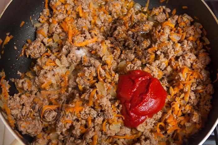 выкладываем томатную пасту, соли м и перчим