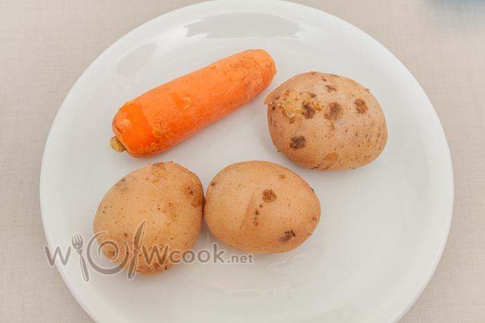 Отвариваем морковь и картофель