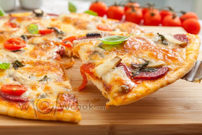 пицца салями с помидорами и моцареллой