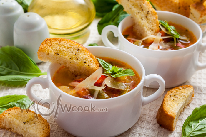 суп минестроне с пармезаном и крутонами