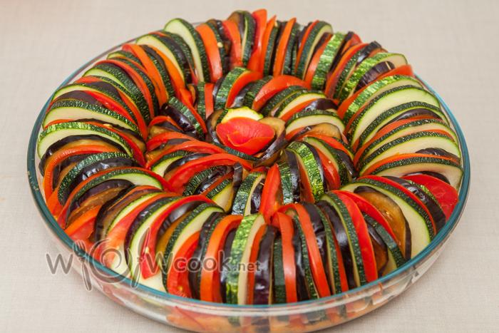 выкладываем овощи, помидоры можно полукольцами Солим, перчим, сбрызгиваем маслом