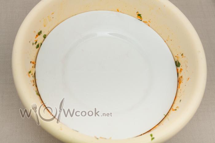 прижимаем тарелкой, можно установить гнет