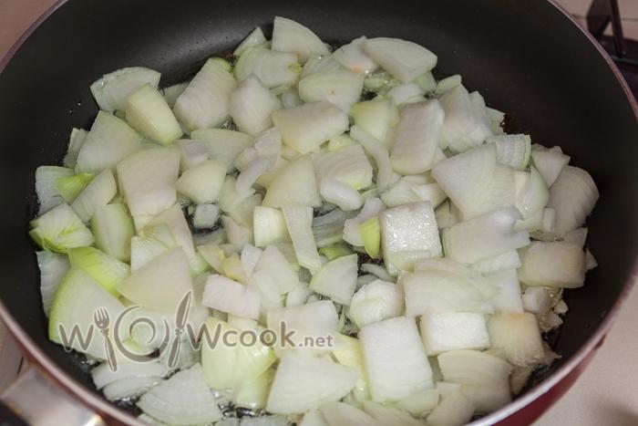 лук крупно нарезаем и выкладываем на сковороду с маслом