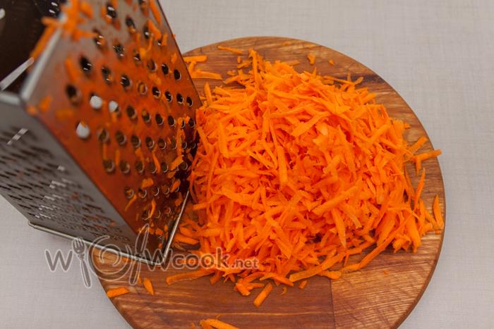 натираем крупно морковь
