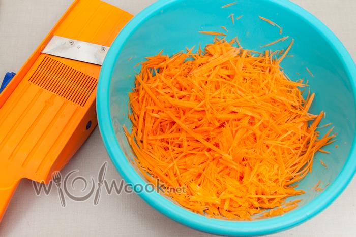 натираем морковь на терке для корейской моркови