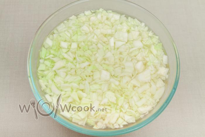 капусту заливаем кипятком, накрываем тарелкой и даем пропариться 5-10 минут