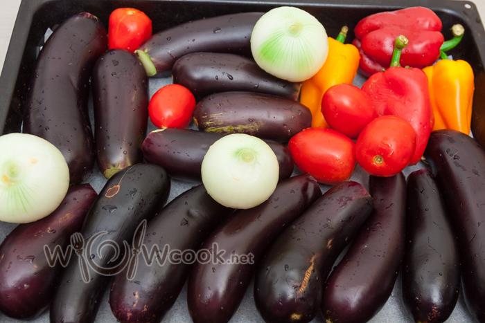 у баклажанов срезаем черешки, остальные овощи целые на пергамент на противень