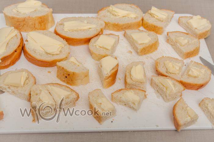 смазываем сливочным маслом и разрезаем на 4 части или тонкие ломтики