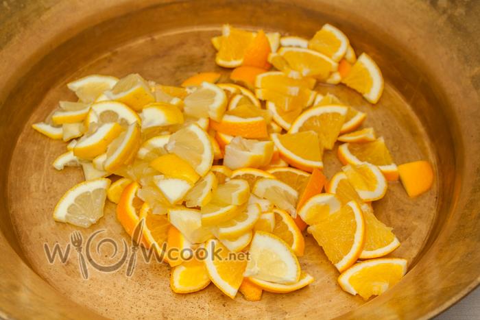 лимон и апельсин в таз или кастрюлю