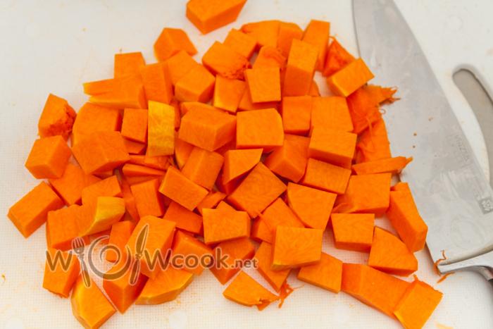 нарезаем тыкву кубиками 1,5-2 см