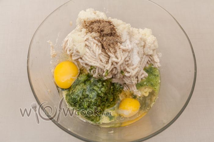 добавляем яйца, соль, перец