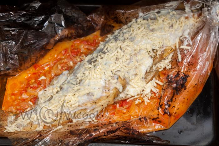 разрываем паке, смазываем частью соуса и посыпаем сыром