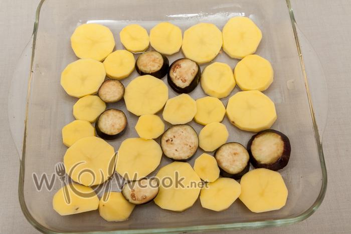 форму смазываем растительным маслом, выкладываем картофель и баклажаны если место останется