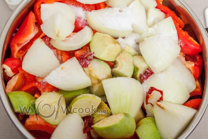 лук, чеснок , яблоки, красный перец (по желанию) и половину соли, чтоб овощи быстрее пустили сок