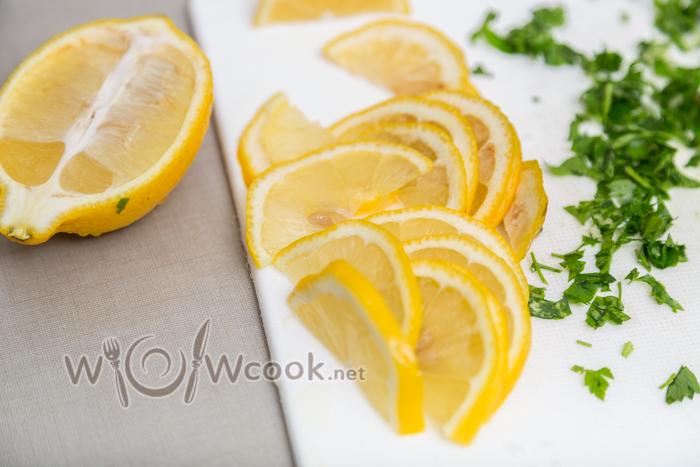 нарезаем тонко лимон