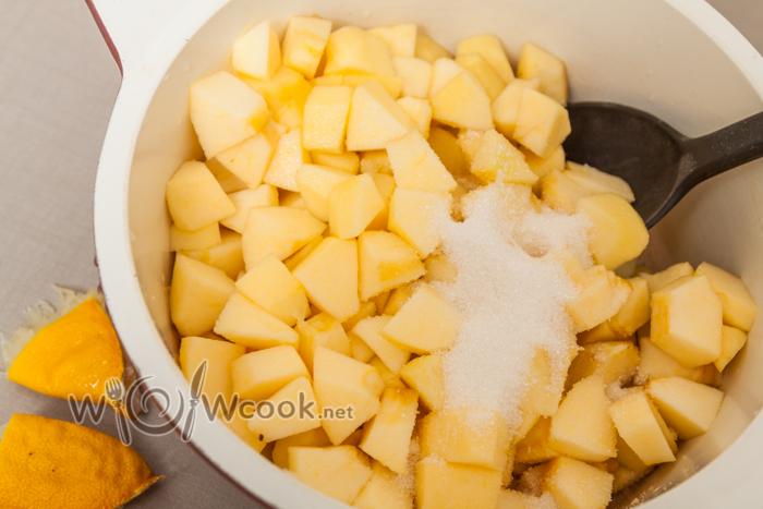яблоки очищаем, нарезаем, засыпаем сахаром + сок лимона