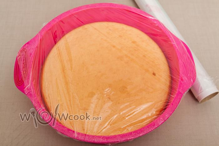 сверху бисквит, накрываем пищевой пленкой и в морозильник