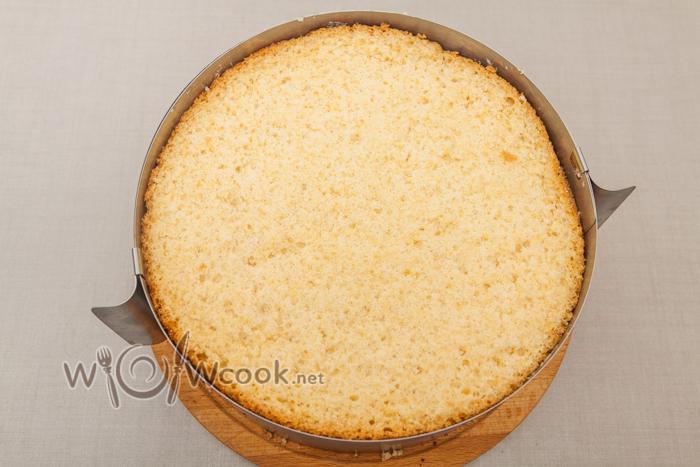 сверху плотно прижимаем бисквит