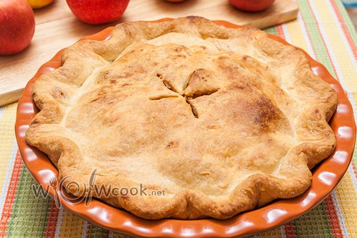 проверяем через отверстие мягкость яблок на готовность