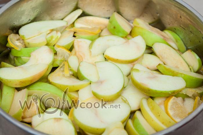 яблоки складываем в другую кастрюлю