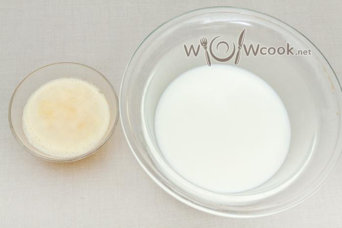 молоко в миску, масло растапливаем