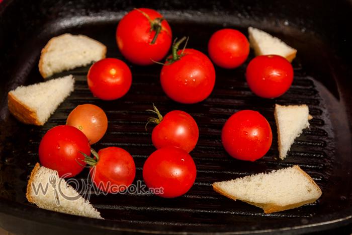 на смазанную маслом сковороду выкладываем помидоры