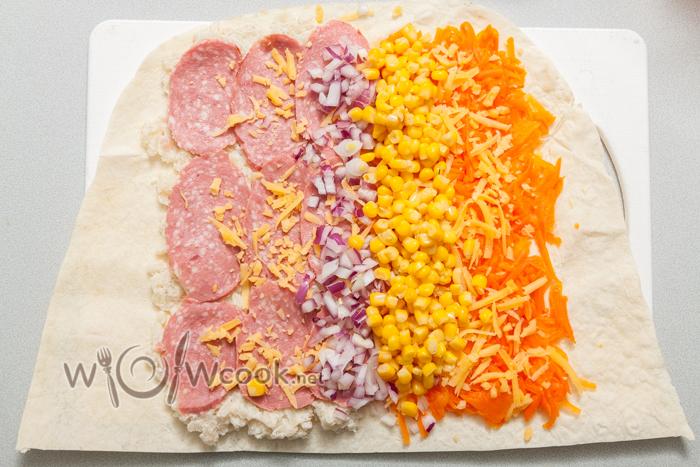 морковь сбоку, солим, кукуруза, лук, сыр