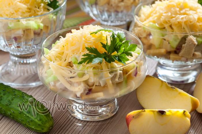 салат в креманке с курицей и яблоком