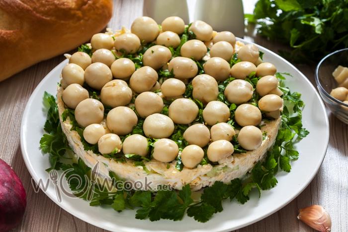 слоеный салат с курицей и грибами