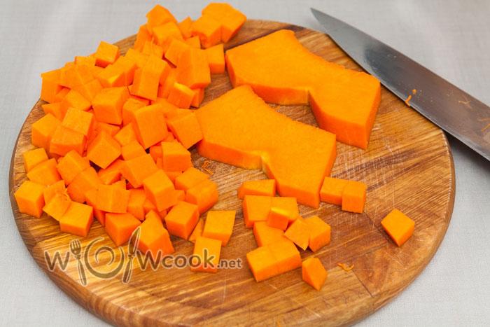 нарезаем кубиками 1,5-2 см тыкву