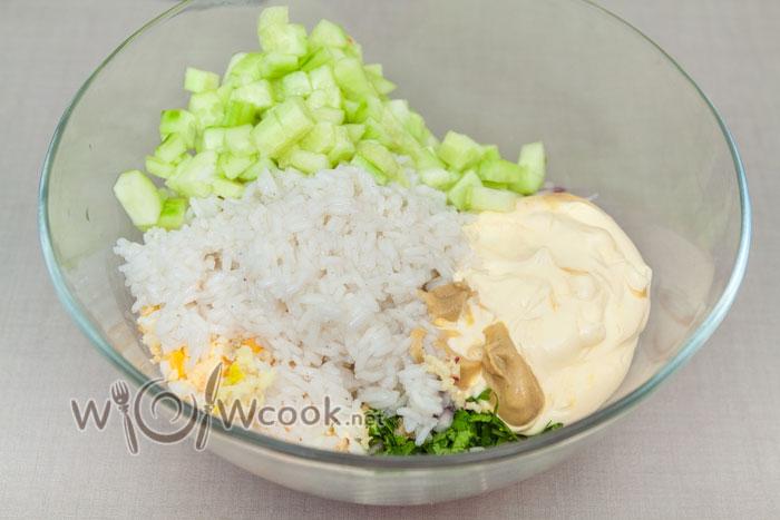 все ингредиенты в глубокую миску, рис остывший