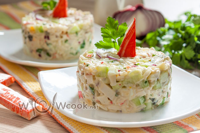 салат крабовые палочки, рис, огурец, яйца