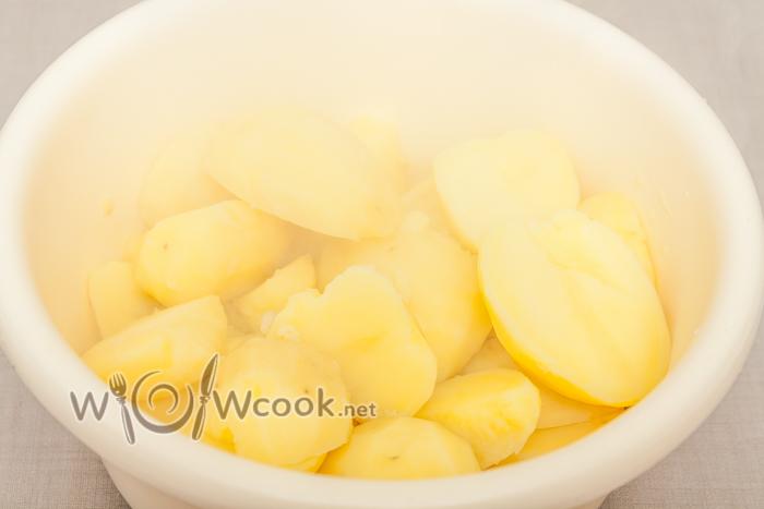 картофель мягкий пересыпаем в миску горячим