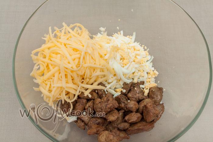 складываем в миску, натираем сыр