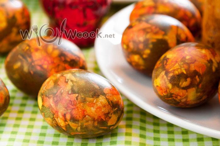 пасхальные яйца с зеленкой и в луковой шелухе