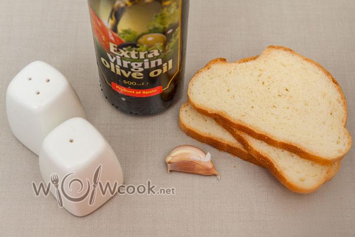 Салат с консервированной фасолью, ветчиной и сухариками, рецепт