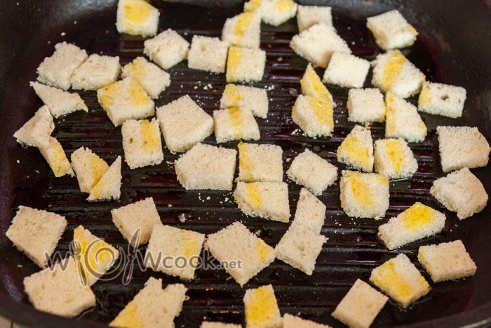 выкладываем на разогретую сковороду, слегка сбрызгиваем оливковым маслом