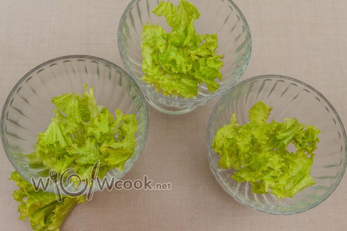 на дно креманок листья салата